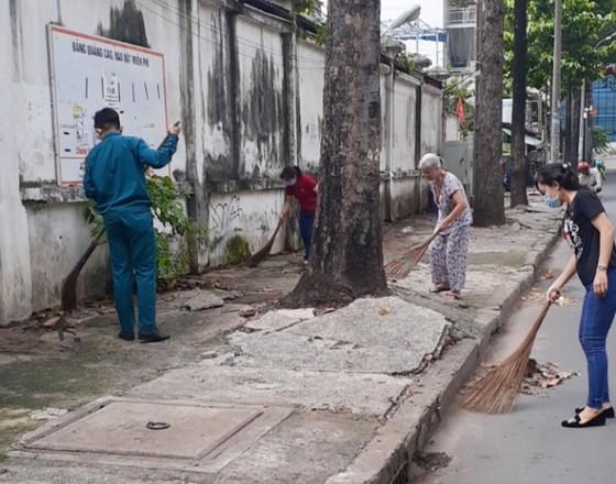 Quận 5 ra quân dọn vệ sinh, trồng cây, tặng cây cho người dân ảnh 7