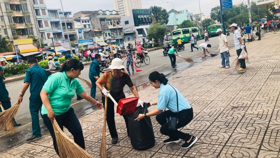 Quận 5 ra quân dọn vệ sinh, trồng cây, tặng cây cho người dân ảnh 8
