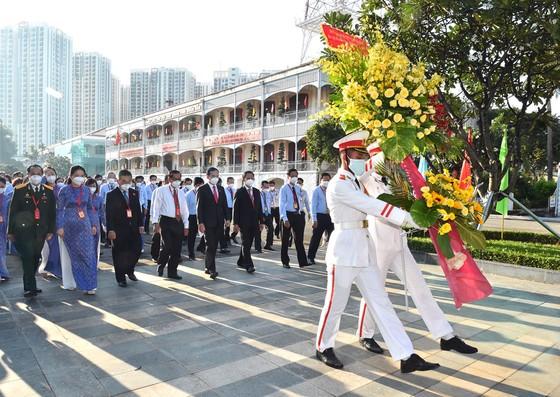 Dâng hương Chủ tịch Hồ Chí Minh trước phiên khai mạc Đại hội Đảng bộ Khối Dân - Chính - Đảng ảnh 1