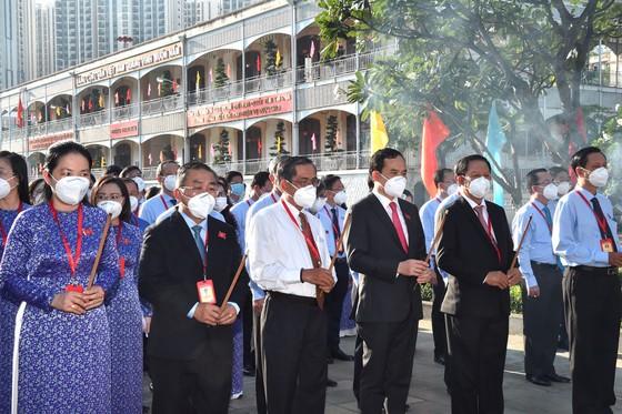 Dâng hương Chủ tịch Hồ Chí Minh trước phiên khai mạc Đại hội Đảng bộ Khối Dân - Chính - Đảng ảnh 2
