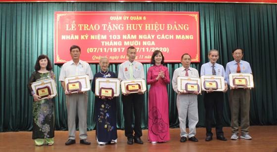 Phó Bí thư Thành ủy TPHCM Nguyễn Hồ Hải trao Huy hiệu Đảng cho đảng viên cao tuổi Đảng ảnh 4
