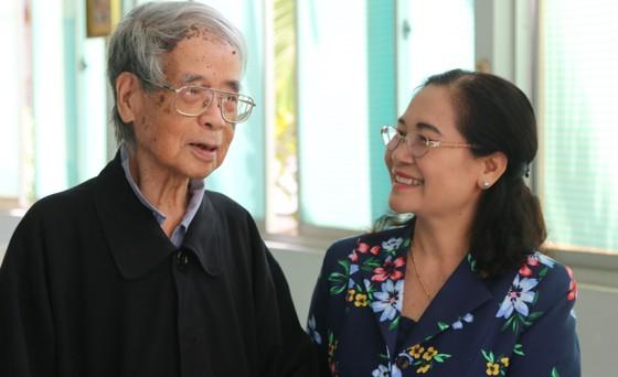 Chủ tịch HĐND TPHCM Nguyễn Thị Lệ thăm, chúc mừng Giáng sinh tại Giáo phận Long Xuyên ảnh 1
