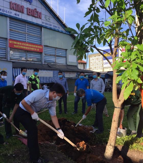 Quận 5 ra quân tổng vệ sinh, trồng cây mừng ngày thống nhất đất nước ảnh 1