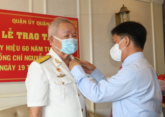 Anh hùng, thuyền trưởng Đoàn tàu không số nhận Huy hiệu 60 năm tuổi Đảng ảnh 1