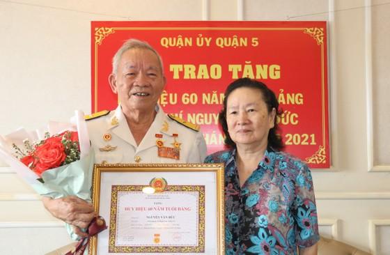 Anh hùng, thuyền trưởng Đoàn tàu không số nhận Huy hiệu 60 năm tuổi Đảng ảnh 3