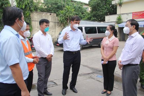 Phó Chủ tịch UBND TPHCM Lê Hòa Bình thăm, tặng quà các 'vùng xanh' tại huyện Bình Chánh ảnh 2