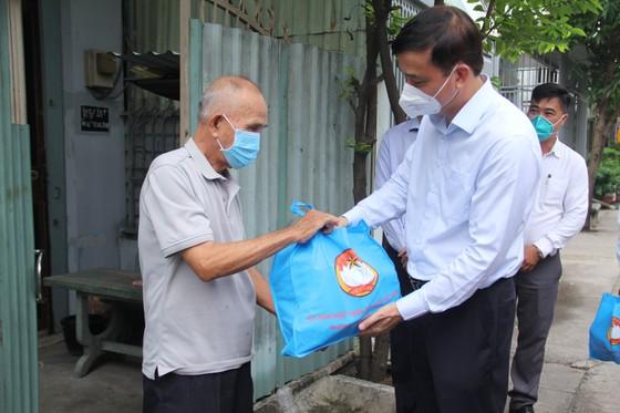 Phó Chủ tịch UBND TPHCM Lê Hòa Bình thăm, tặng quà các 'vùng xanh' tại huyện Bình Chánh ảnh 1