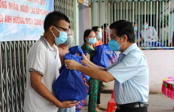 Đại biểu HĐND TPHCM trao tặng 10.000 phần quà đến công nhân, người lao động gặp khó khăn do dịch Covid-19 ảnh 1