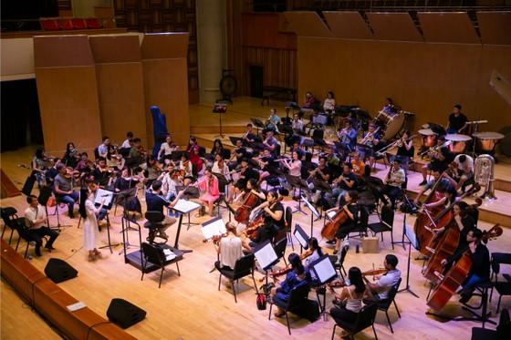 Nhạc trưởng Dàn nhạc Giao hưởng Mặt trời hết lời ngợi ca những nỗ lực của ca sĩ Phạm Thùy Dung ảnh 3