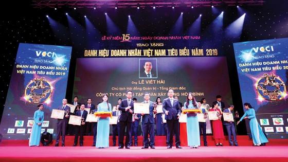 Chủ tịch HĐQT - Tổng Giám đốc Tập đoàn Hòa Bình nhận danh hiệu 'Doanh nhân Việt Nam tiêu biểu 2019' ảnh 1