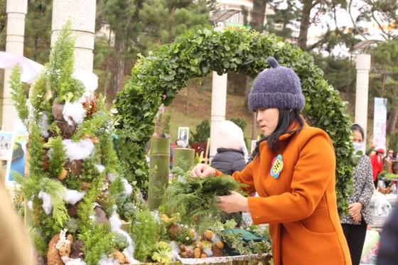 Xem người dân Đà Lạt và du khách trổ tài cắm hoa ảnh 1