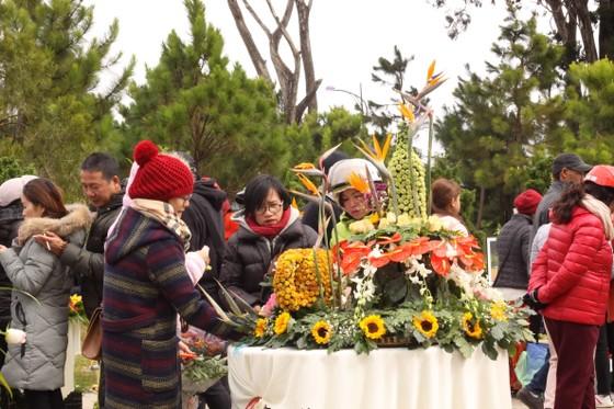 Xem người dân Đà Lạt và du khách trổ tài cắm hoa ảnh 10