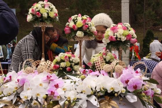 Xem người dân Đà Lạt và du khách trổ tài cắm hoa ảnh 7