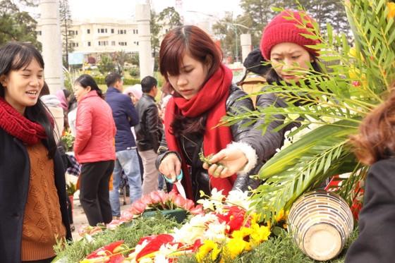 Xem người dân Đà Lạt và du khách trổ tài cắm hoa ảnh 4