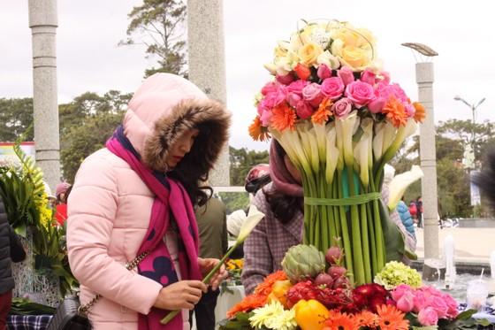 Xem người dân Đà Lạt và du khách trổ tài cắm hoa ảnh 5