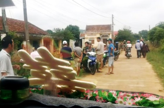 Vụ chặn xe rước dâu đòi tiền làm đường: Trưởng thôn không chịu xin lỗi ảnh 1