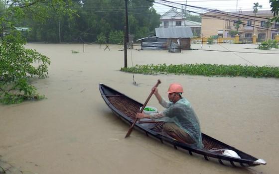 Phú Yên: Hàng trăm hộ dân chìm ngập trong biển lũ ảnh 1