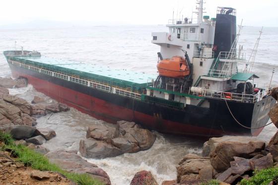 VIDEO: Tàu nước ngoài nghi chở dầu bị bão đánh vào mỏm đá, dầu lênh láng khắp vùng biển ảnh 3