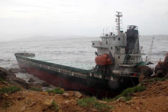 VIDEO: Tàu nước ngoài nghi chở dầu bị bão đánh vào mỏm đá, dầu lênh láng khắp vùng biển ảnh 2
