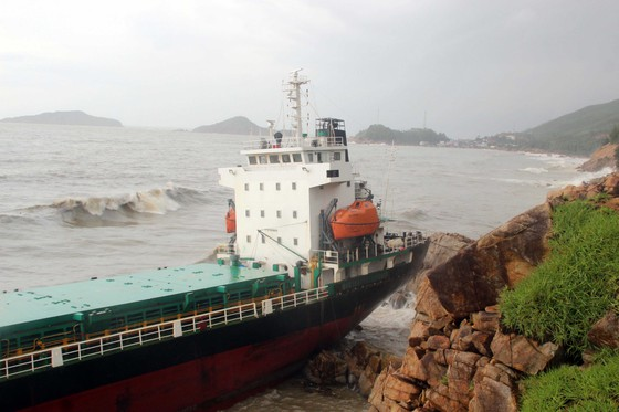 VIDEO: Tàu nước ngoài nghi chở dầu bị bão đánh vào mỏm đá, dầu lênh láng khắp vùng biển ảnh 6