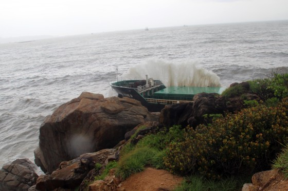 VIDEO: Tàu nước ngoài nghi chở dầu bị bão đánh vào mỏm đá, dầu lênh láng khắp vùng biển ảnh 5