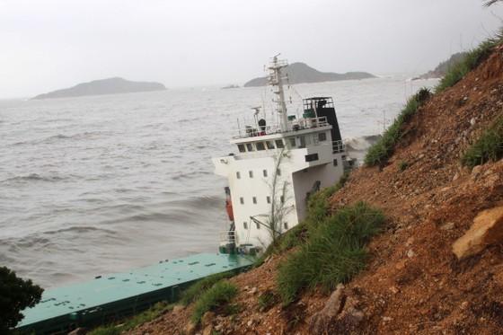 VIDEO: Tàu nước ngoài nghi chở dầu bị bão đánh vào mỏm đá, dầu lênh láng khắp vùng biển ảnh 4