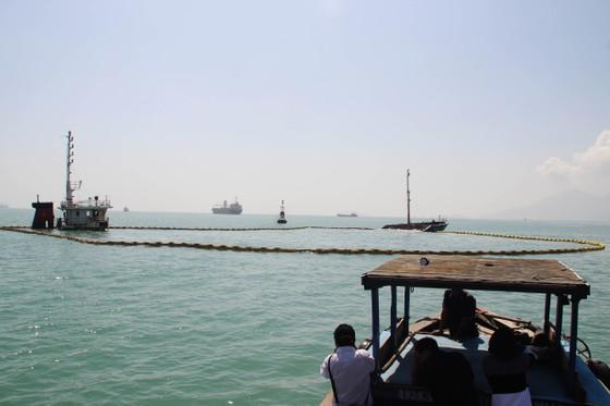 """10.000 lít dầu trên tàu chìm ở vịnh Quy Nhơn biến mất kỳ lạ, nghi có """"dầu tặc"""" ảnh 1"""