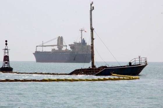 """10.000 lít dầu trên tàu chìm ở vịnh Quy Nhơn biến mất kỳ lạ, nghi có """"dầu tặc"""" ảnh 2"""