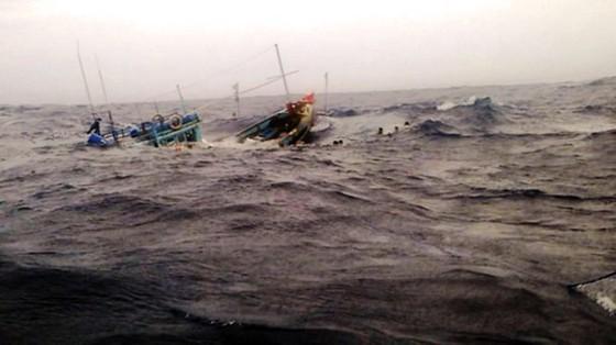 Tàu cá Bình Định chìm trên biển: Đã tìm thấy thi thể 2 ngư dân, 4 ngư dân vẫn mất tích ảnh 1