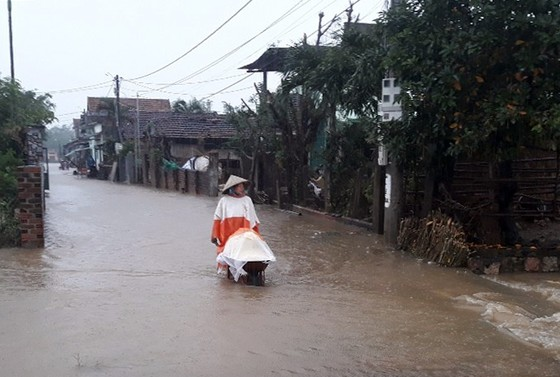 """Bình Định - Phú Yên: Mưa lũ tiếp tục hoành hành, nhiều địa phương chìm trong """"biển lũ"""" ảnh 2"""