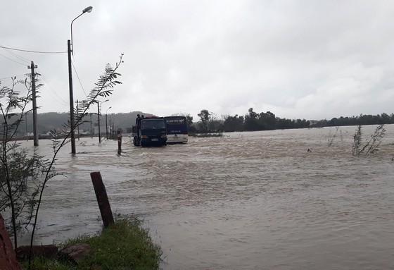 """Bình Định - Phú Yên: Mưa lũ tiếp tục hoành hành, nhiều địa phương chìm trong """"biển lũ"""" ảnh 7"""