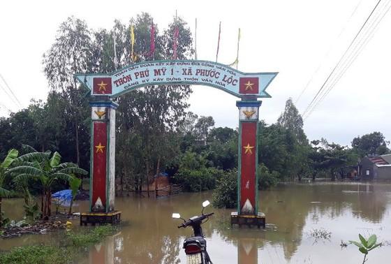"""Bình Định - Phú Yên: Mưa lũ tiếp tục hoành hành, nhiều địa phương chìm trong """"biển lũ"""" ảnh 5"""