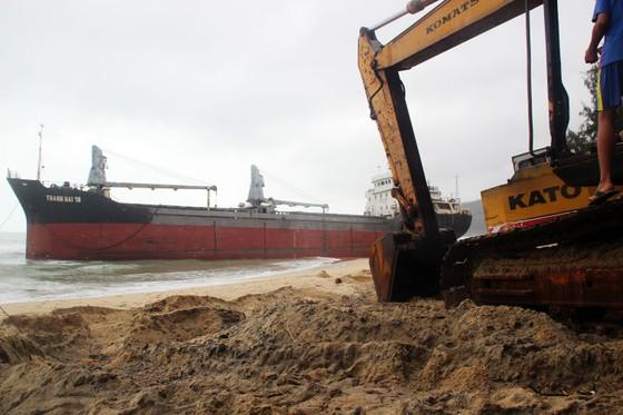 Cận cảnh cuộc giải cứu tàu đắm, mắc cạn ở vịnh Quy Nhơn ảnh 6