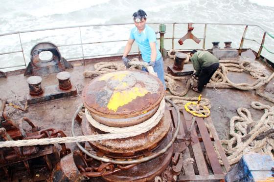 Cận cảnh cuộc giải cứu tàu đắm, mắc cạn ở vịnh Quy Nhơn ảnh 3