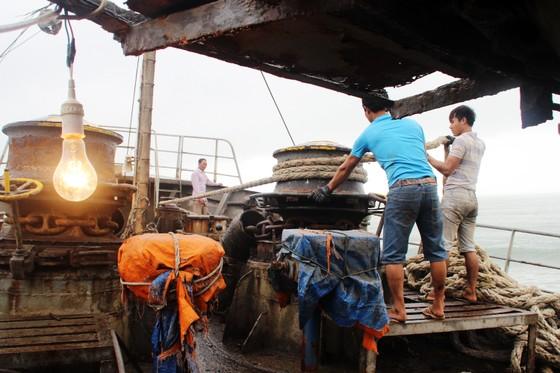 Cận cảnh cuộc giải cứu tàu đắm, mắc cạn ở vịnh Quy Nhơn ảnh 1