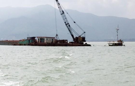 Cận cảnh cuộc giải cứu tàu đắm, mắc cạn ở vịnh Quy Nhơn ảnh 8