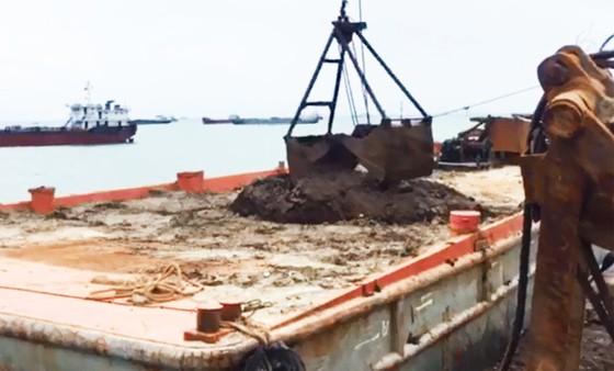Cận cảnh cuộc giải cứu tàu đắm, mắc cạn ở vịnh Quy Nhơn ảnh 10