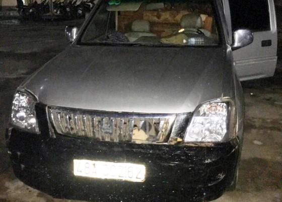 Bắt xe ô tô 2 biển số chở gỗ lậu trong đêm ảnh 2
