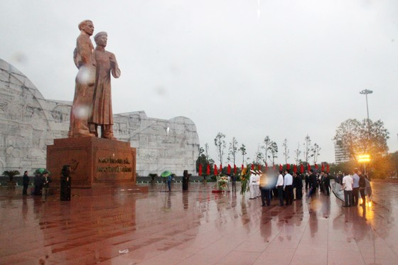 Thủ tướng dâng hoa tưởng niệm tại Tượng đài Nguyễn Sinh Sắc - Nguyễn Tất Thành ảnh 1