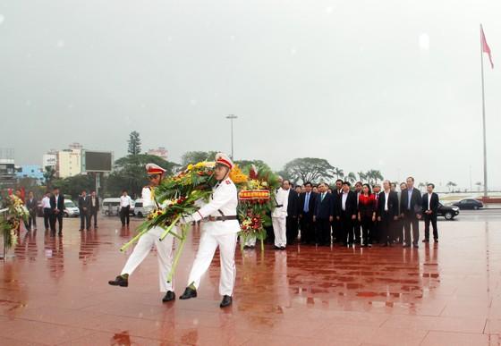Thủ tướng dâng hoa tưởng niệm tại Tượng đài Nguyễn Sinh Sắc - Nguyễn Tất Thành ảnh 2