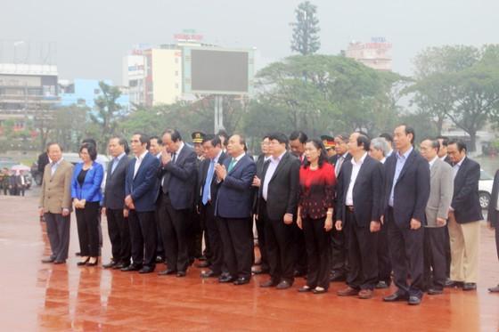 Thủ tướng dâng hoa tưởng niệm tại Tượng đài Nguyễn Sinh Sắc - Nguyễn Tất Thành ảnh 3