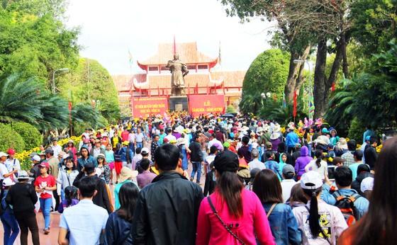 Hàng ngàn người dân nô nức trẩy hội Đống Đa tại Bình Định ảnh 1