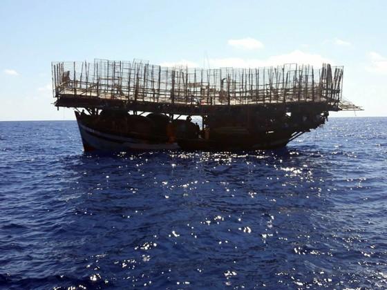 Cận cảnh tàu SAR vượt biển cứu 49 ngư dân bị ngộ độc nguy cấp trên biển ảnh 2