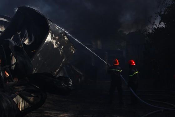 Cận cảnh hiện trường vụ cháy kinh hoàng tại Bình Định ảnh 13