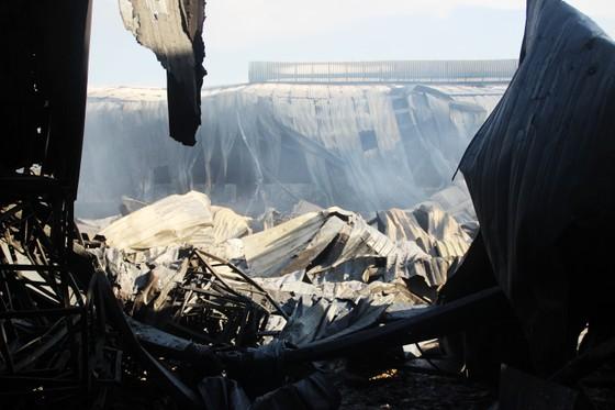 Cận cảnh hiện trường vụ cháy kinh hoàng tại Bình Định ảnh 14