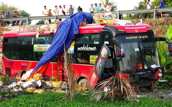 Xe khách giường nằm mất lái lao xuống ruộng lầy, 4 người bị thương ảnh 2