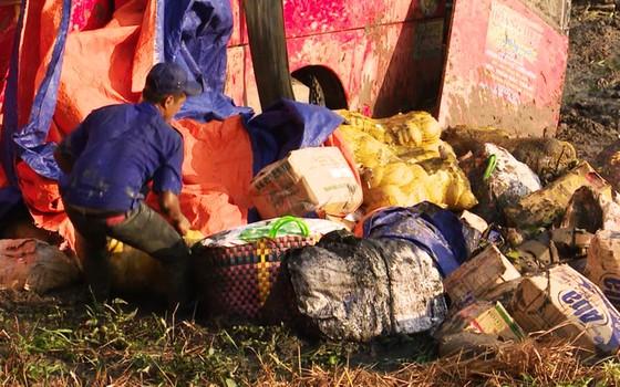 Xe khách giường nằm mất lái lao xuống ruộng lầy, 4 người bị thương ảnh 3