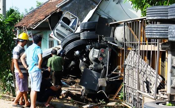 Xe đầu kéo tông sập nhà, cả gia đình đang ngủ bị thương nặng ảnh 2