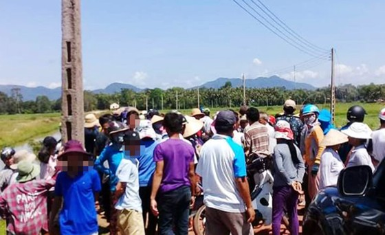 Người dân chặn giữ 2 xe công vụ đòi đối thoại về dự án điện mặt trời ảnh 1