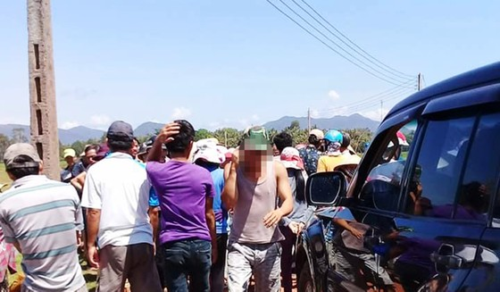 Người dân chặn giữ 2 xe công vụ đòi đối thoại về dự án điện mặt trời ảnh 2